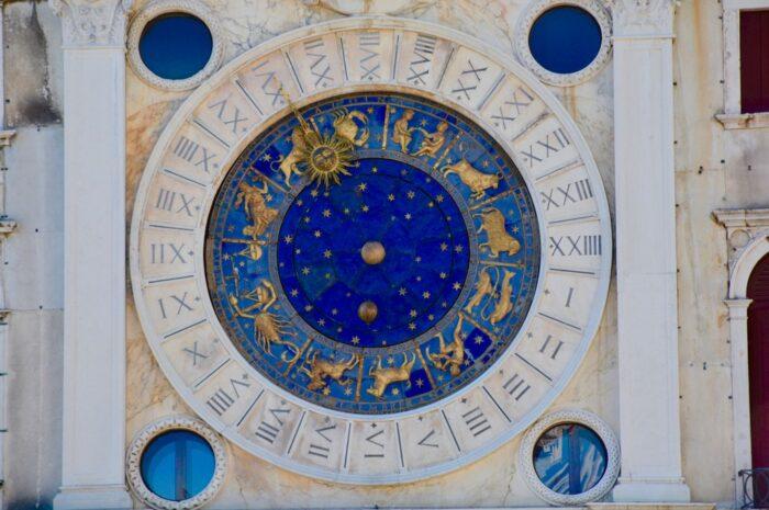 Nástěnná malba, která prezentuje znamení pro horoskop.