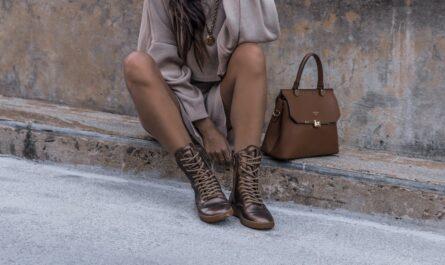 Mladá dívka ukazuje podobu moderní kabelky z kůže.