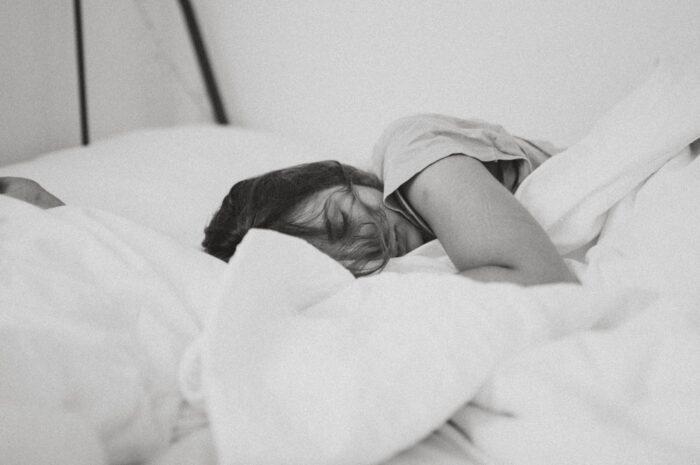 Mladá dívka si užívá spánek, protože ví, jak na to.