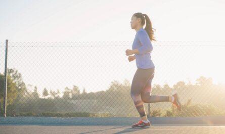 Dívka dodržuje zdravý životní styl v podobě běhu.