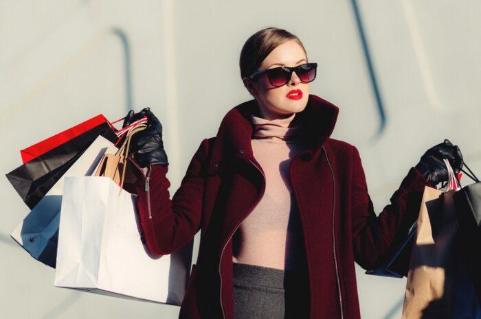 Žena nepodceňujte své oblíbené ženské nákupy a má spoustu tašek.